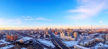 Panorama av staden för solnedgånghimmelmetropolisen arkivfoton