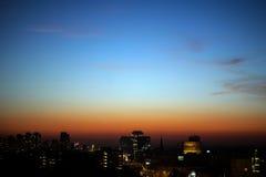 Panorama av staden i aftonen Royaltyfria Bilder