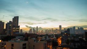Panorama av staden av Manila med skyskrapor tidigt på morgonen royaltyfri fotografi