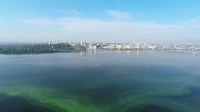 Panorama av staden och floden från en höjd stock video