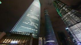 Panorama- av stads- skyskrapa på natten, shanghai finansmitt lager videofilmer