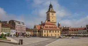 Panorama av stadshuset på Piata Sfatului i Brasov royaltyfri fotografi