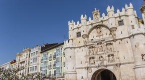 Panorama av stadsporten på den Santa Maria bron i Burgos royaltyfri foto