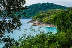Panorama av stenig shoreline, havet och den tropiska önaturen Royaltyfria Bilder