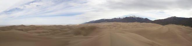 Panorama av stora sanddyn och Sangre de Cristo  Arkivbilder