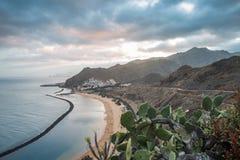 Panorama av stranden Las Teresitas, Tenerife, kanariefågelöar, Spanien Natur kustlinje Berg kulle arkivbild