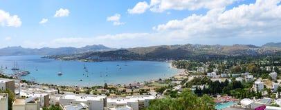 Panorama av stranden med rekreationyachter på turkisk semesterort Arkivbild