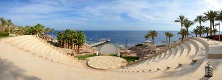 Panorama av stranden och amfiteatern på det lyxiga hotellet Royaltyfria Bilder