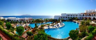 Panorama av stranden på det lyxiga hotellet Royaltyfria Bilder