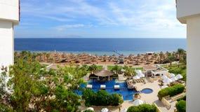 Panorama av stranden på det lyxiga hotellet Arkivbild