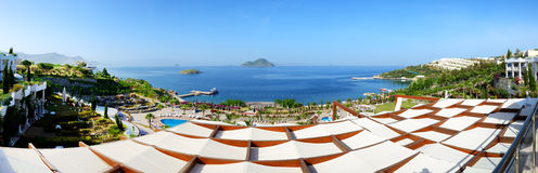 Panorama av stranden på det lyxiga hotellet Royaltyfria Foton