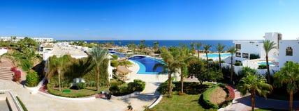 Panorama av stranden på det lyxiga hotellet Royaltyfri Bild