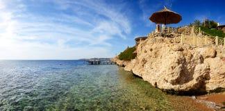 Panorama av stranden på det lyxiga hotellet Arkivfoto