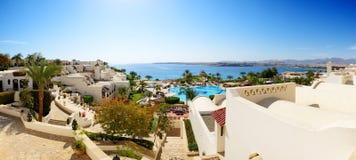 Panorama av stranden på det lyxiga hotellet Royaltyfri Foto