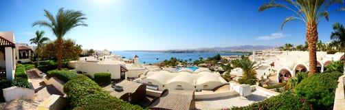 Panorama av stranden på det lyxiga hotellet Royaltyfri Fotografi
