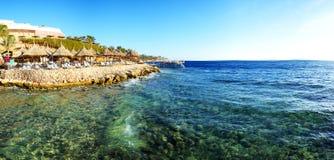 Panorama av stranden på det lyxiga hotellet Fotografering för Bildbyråer