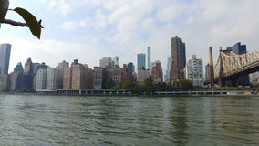 Panorama av stranden Roosevelt Island till Manhattan stock video
