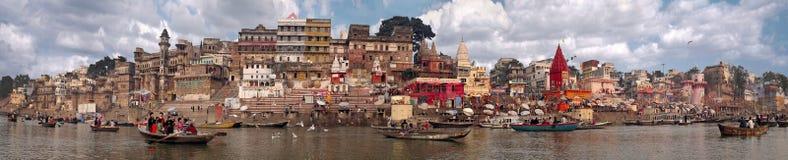 Panorama av strandstaden av Varanasi som tas i Indien i November 2009 Royaltyfria Foton