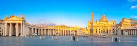 Panorama av Sts Peter fyrkant exponerad av de första strålarna av morgonsolen arkivbilder