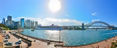Panorama av Sydney Harbor i en solig dag Royaltyfri Fotografi