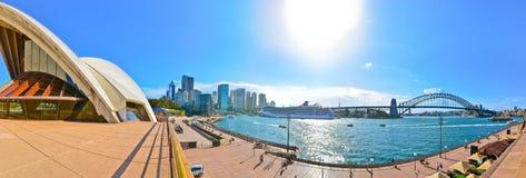 Panorama av Sydney Harbor i en solig dag Royaltyfri Foto
