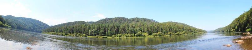 Panorama av taigaen och floden Kan Arkivfoton