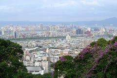 Panorama- av Taipei stadshorisont från den Grand Hotel kullen, Taiwan arkivbild