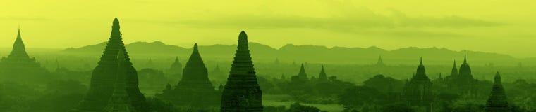 Panorama av tempelkomplexet av Bagan på soluppgång Royaltyfri Bild