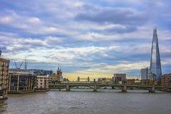 Panorama- av Thameset River på solnedgången i London, England Royaltyfria Bilder