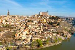 Panorama av Toledo från en hög poäng på en solig dag Arkivfoton
