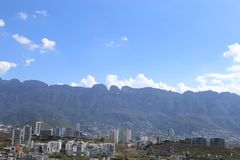 Panorama- av toppiga bergskedjan Madre i Monterrey Mexico Royaltyfri Bild
