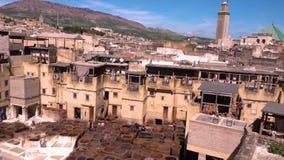 Panorama av traditionellt piskar garveriet Fez medina stock video