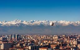 Panorama av Turin, med fjällängarna i backrounden, Turin, Italien Arkivfoto