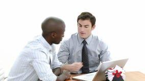 Panorama av två affärsmän som arbetar samman med en bärbar dator stock video