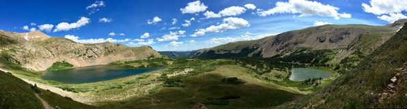 Panorama av två alpina sjöar i Colorado& x27; s-indiern når en höjdpunkt Wildnerness royaltyfria foton