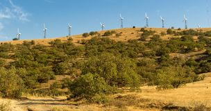 Panorama av udde Megan med vindturbiner, den Krim, Black Sea kusten royaltyfri bild