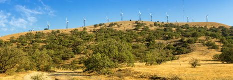 Panorama av udde Megan med vindturbiner, den Krim, Black Sea kusten royaltyfri foto