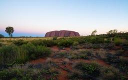 Panorama av Uluru på solnedgången med härliga färger på sommardag i NT vildmark Australien arkivbild