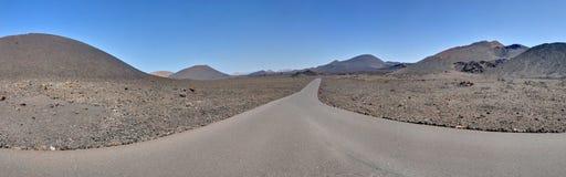 Panorama av vägen i den Timanfaya nationalparken Royaltyfri Bild