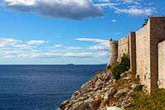 Panorama av väggar som försvarar gammala Dubrovnik Arkivbilder