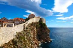 Panorama av väggar som försvarar gammala Dubrovnik Royaltyfria Bilder