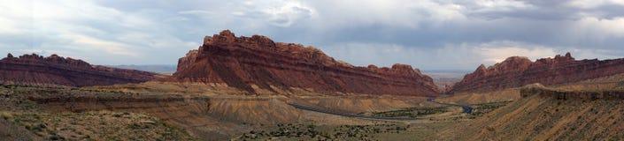 Panorama- av vägvindar till och med prickiga Wolf Canyon med dramati Arkivfoto