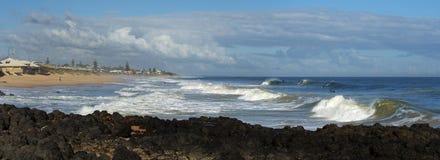 Panorama av vågor som plaskar på basaltet, vaggar på havstranden Bunbury västra Australien Arkivbild