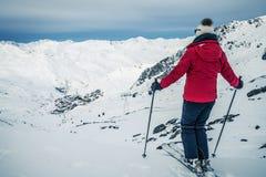 Panorama av Val Thorens med skidåkaren Fotografering för Bildbyråer