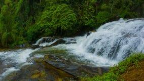Panorama av vattenfall i rainforesten Thailand arkivfilmer