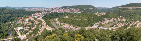Panorama av Veliko Tarnovo som in tas från uppe på återställd domkyrka Arkivbild
