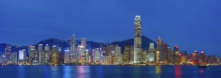 Panorama av Victoria Harbor av den Hong Kong staden på natten Royaltyfria Foton