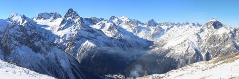 Panorama av vinterberg Arkivbild