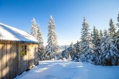 Panorama av vinterberg med hus av herdar Carpathia Royaltyfri Fotografi