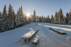 Panorama av vinterberg med hus av herdar Carpathia Arkivfoton